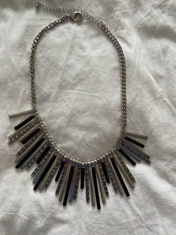 Foto Carousel Producto: Collar plateado con diseños en negro GoTrendier