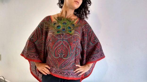 Foto Carousel Producto: Blusa con pechera de plumas de pavo real GoTrendier