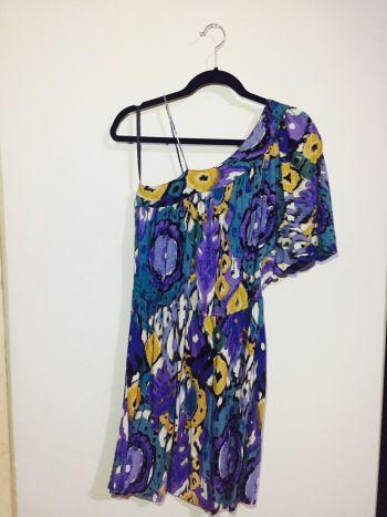 Foto Carousel Producto: Vestido corto de un hombro multicolor GoTrendier