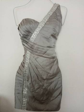 Foto Carousel Producto: Vestido de fiesta plateado con pedrería  GoTrendier