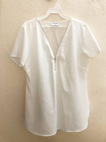 Foto Carousel Producto: Blusa blanca con cuello V manga corta GoTrendier