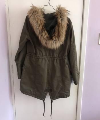 Foto Carousel Producto: Abrigo verde militar de Bershka GoTrendier