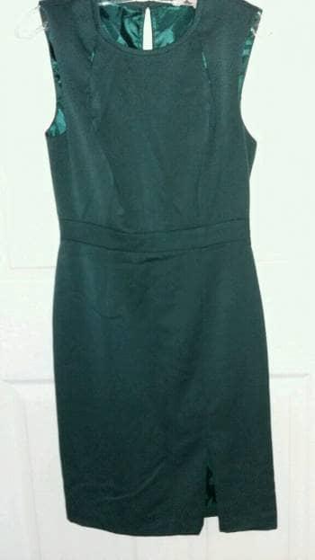 Foto Carousel Producto: Vestido verde botella / pierna abierta. GoTrendier