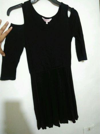 Foto Carousel Producto: Vestido negro con hombros abiertos GoTrendier