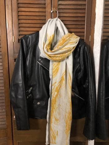 Foto Carousel Producto: Bufanda ligera Isadora gris y mostaza GoTrendier
