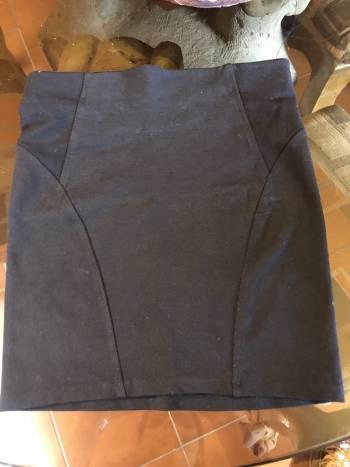Foto Carousel Producto: Falda negra ajustada GoTrendier