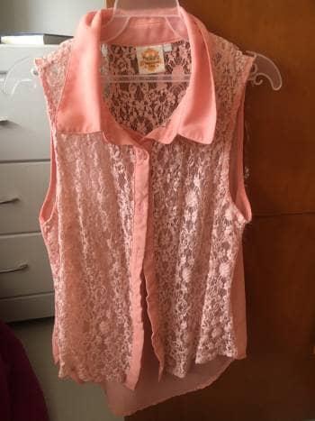 Foto Carousel Producto: Blusa coral con encaje y cuello GoTrendier