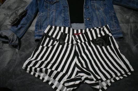 Foto Carousel Producto: Short rayas blanco y negro GoTrendier