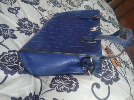 Foto Carousel Producto: Bolsa Azul Letras Bajorelieve GoTrendier