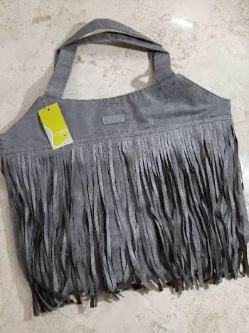 Foto Carousel Producto: Bolso de gamuza gris con tiras GoTrendier