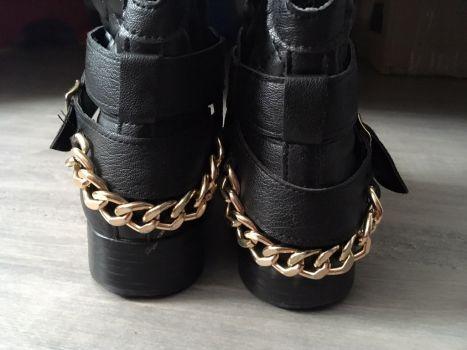 Foto Carousel Producto: Botines negros con detalle cadenas talla 24.5 GoTrendier