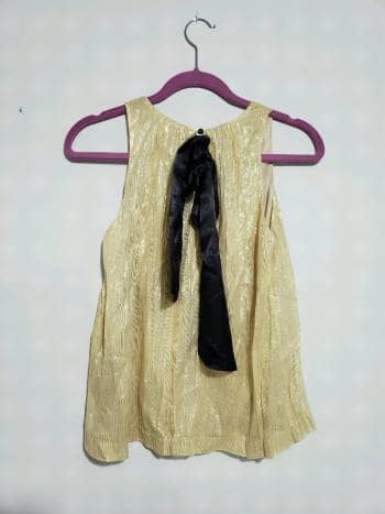 Foto Carousel Producto: Blusa dorada con moño negro GoTrendier