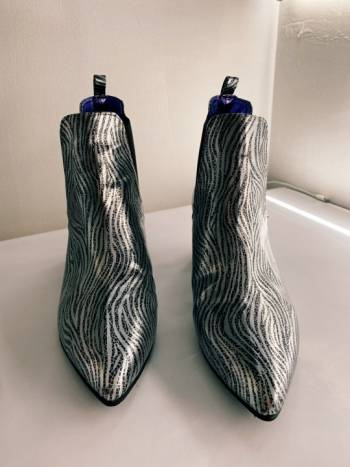 Foto Carousel Producto: Botines print zebra plateado y sombrero  GoTrendier