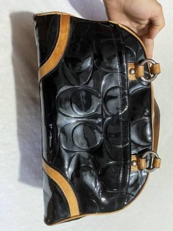 Foto Carousel Producto: Hermosa bolsa charol y cuero COACH GoTrendier