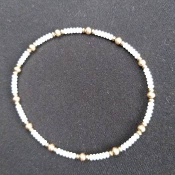 Foto Carousel Producto: Pulsera blanca con chapa de oro GoTrendier
