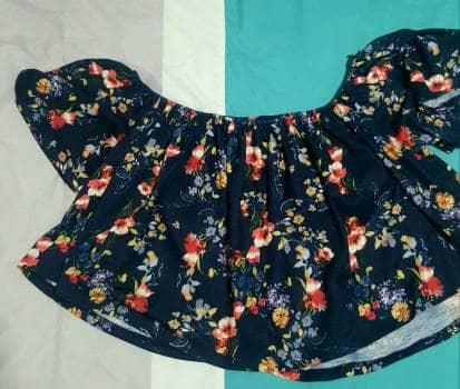 Foto Carousel Producto: Blusa corta, hombros descubiertos con resorte . GoTrendier