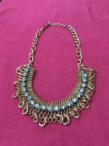 Foto Carousel Producto: Collar dorado con piedritas y decorado azul 2x1 GoTrendier