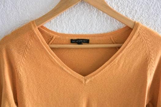 Foto Carousel Producto: Suéter amarillo con cuello en V GoTrendier
