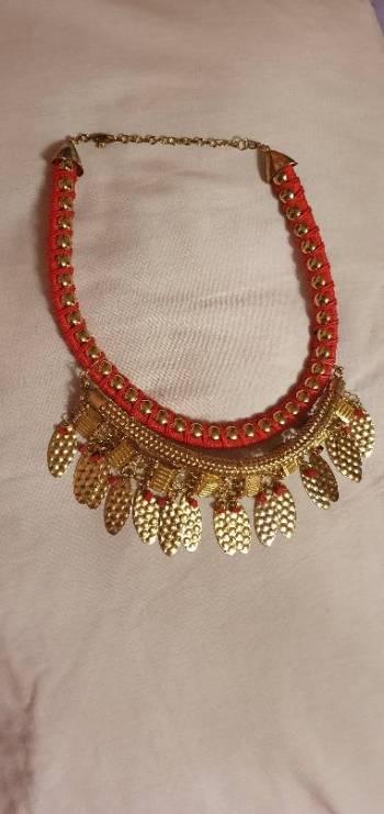 Foto Carousel Producto: Collar rojo y dorado GoTrendier