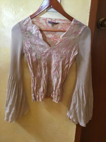 Foto Carousel Producto: Blusa beige con rosa, mangas amplias GoTrendier