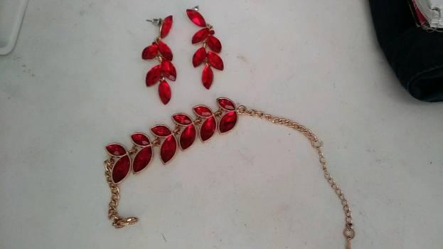 Foto Carousel Producto: Conjunto de metal de aretes y pulsera GoTrendier