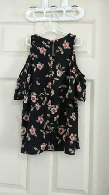 Foto Carousel Producto: Blusa negra floreada. Marca \FRAGIL\ GoTrendier