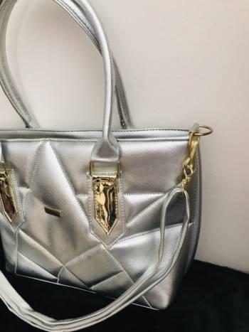 Foto Carousel Producto: Bolsa color plata con correa GoTrendier