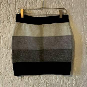 Foto Carousel Producto: Falda corta tela stretch metalizada GoTrendier