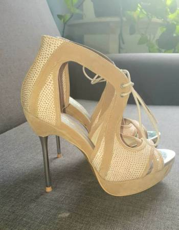 Foto Carousel Producto: Zapatillas Beige con brillos GoTrendier