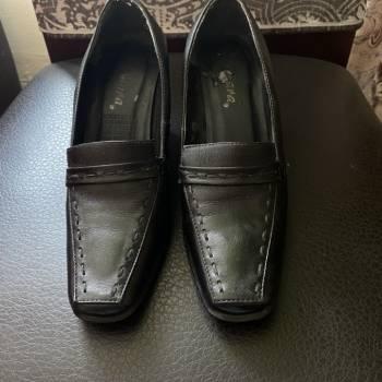 Foto Carousel Producto: Zapatos negros de cuña de Samara GoTrendier